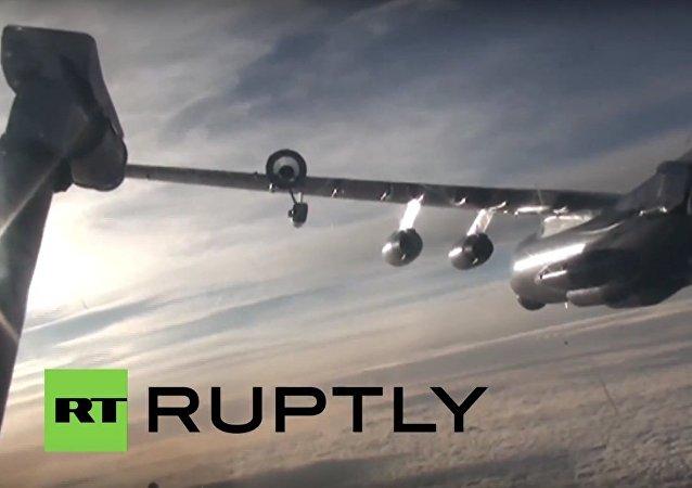 إليوشا إيل-78 يزود سوخوي سو-24م بالوقود في علي السماء