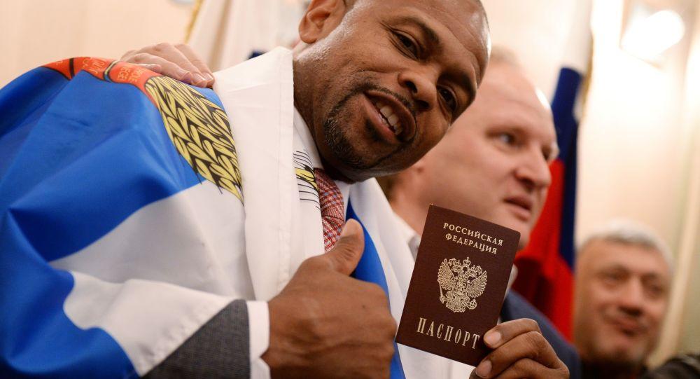 الملاكم روي جونس يبرز بطاقة هويته الروسية