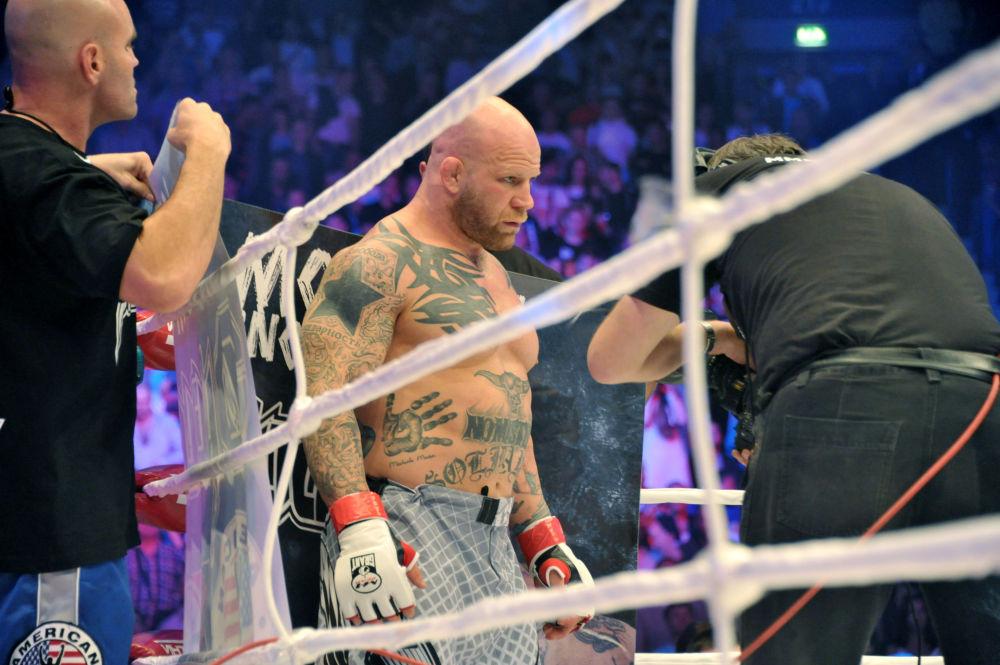 المصارع الأمريكي جيف مونسون خلال المصارعة المختلطة في مدينة سانت بطرسبرغ الروسية.