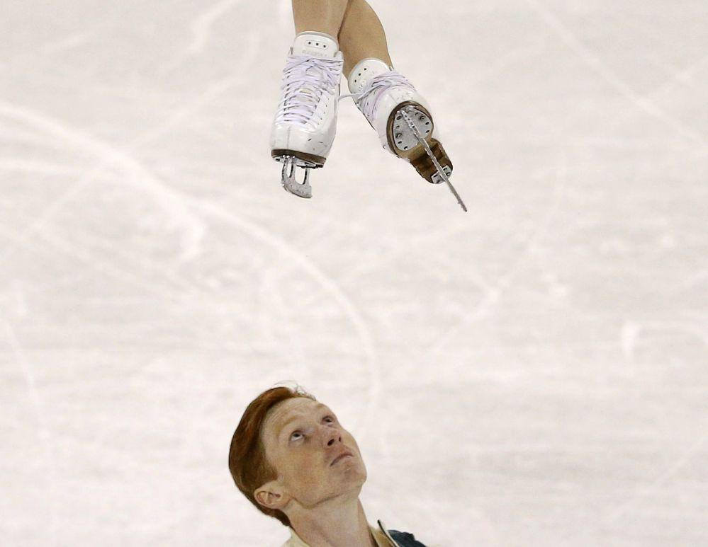 الرياضيان الروسيا فلاديمير موروزوف ويفغينيا تاراسوفا أثناء بطولة الجائزة الكبرى في كندا