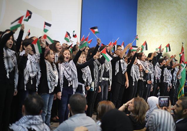 شباب فلسطينيون يغنون