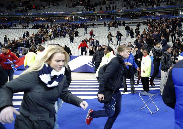 المتفرجون يغادرون استاد فرنسا الدولي إرث وقوع انفجارات