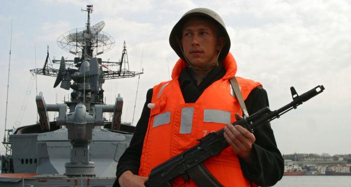 جندى روسي على متن سفينة سميتليفى الروسية