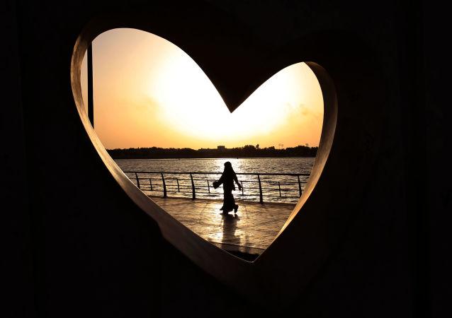 Саудовская женщина идет по набережной в Джидде