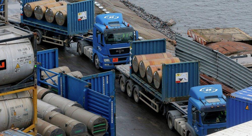 عربات تنقل اليورانيوم