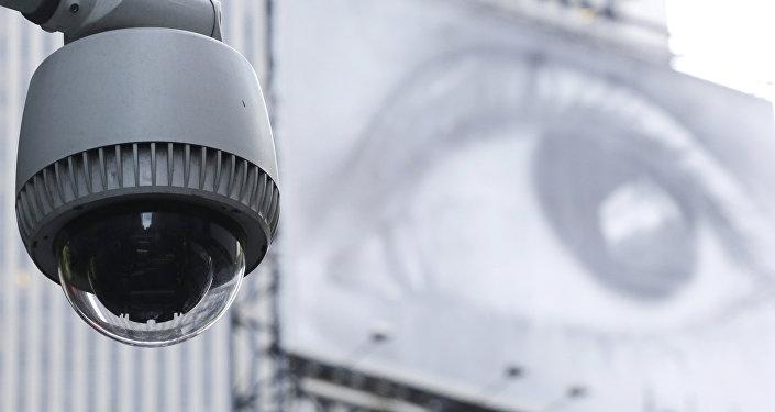 خبير يقدم طريقة بسيطة لاكتشاف كاميرات التجسس من خلال هاتف الموبايل
