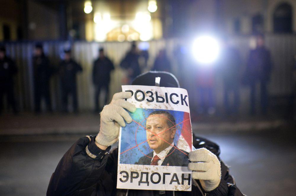 مظاهرات مناهضة لتركيا وأردوغان أمام سفارة أنقرة فى موسكو