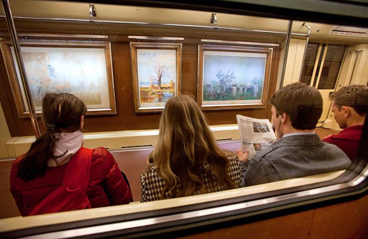 ركاب مترو الانفاق يشاهدون لوحات من المتحف الروسي المعروضة داخل القطار