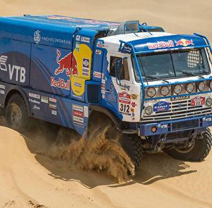 طاقم فريق شركة كاماز الروسية في سباق رالي الشاحنات