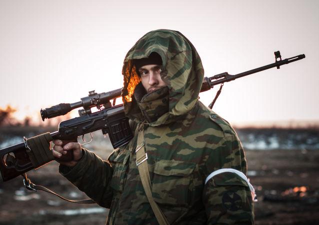 مقاتل من إحدى وحدات الحماية الشعبية في دونباس