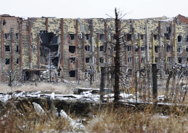بناية مدمرة في مطار دونيتسك