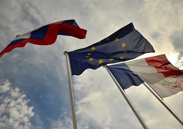 العلم الروسي والفرنسي وعلم الاتحاد الأوروبي