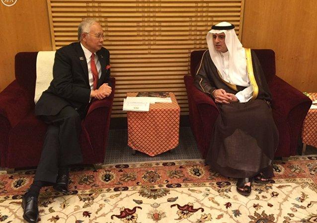 وزير الخارجية السعودي عادل الجبير ورئيس الوزراء الماليزي نجيب عبد الرازق