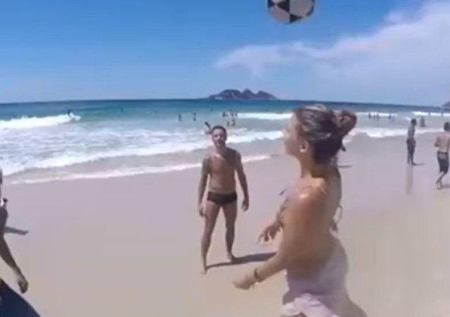 شاهد... كرة قدم شاطئية في صحبة غير عادية