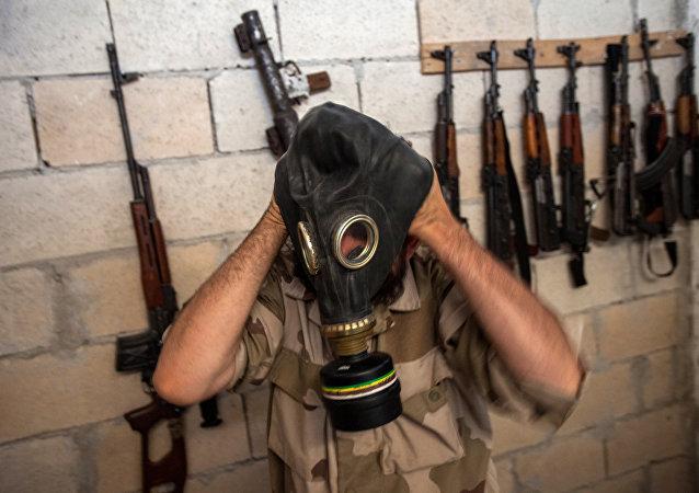 صورة  أرشيفية لإرهابي في شمال سوريا يرتدي قناع غاز