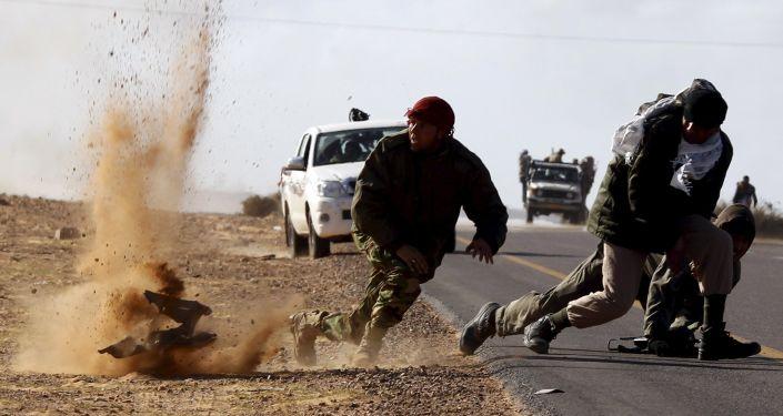 الميليشيات أثناء التفجير الذي وقع بالقرب من بلدة بن جواد في ليبيا