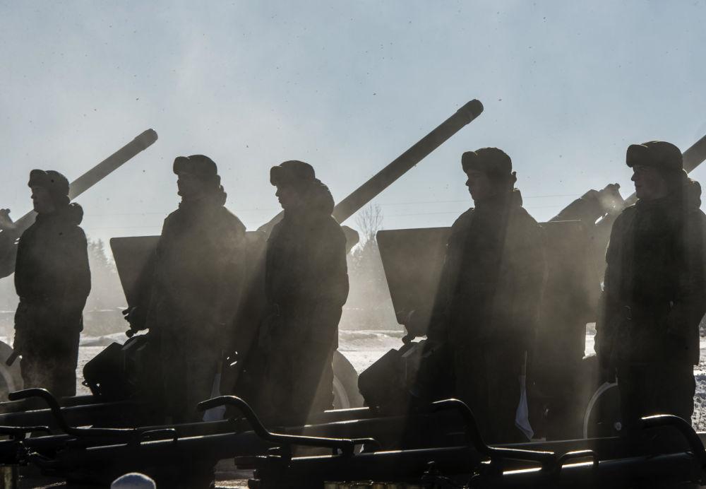 تدريبات الجنود الروس على المدافع الروسية