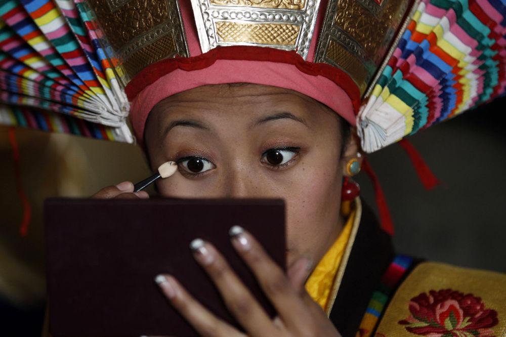 فتاة من التيبيت ترتدي زياً تقليدياً لأداء رقصة خاصة أثناء اليوم الثالث من احتفالات برأس سنة التيبيت الجديدة في كاثماندو، نيبال، 11 فبراير/ شباط 2016.