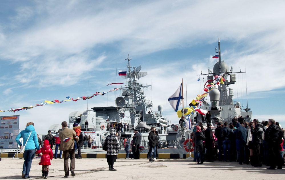 احتفالات الروس بعيد حماة الوطم في سيفاستوبل