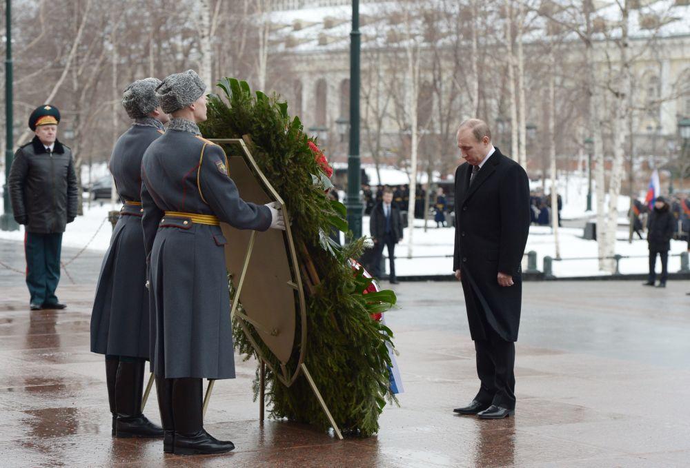 الرئيس الروسي فلاديمير بوتين يضع أكاليل الزهور عند تمثال الجندي المجهول في موسكو