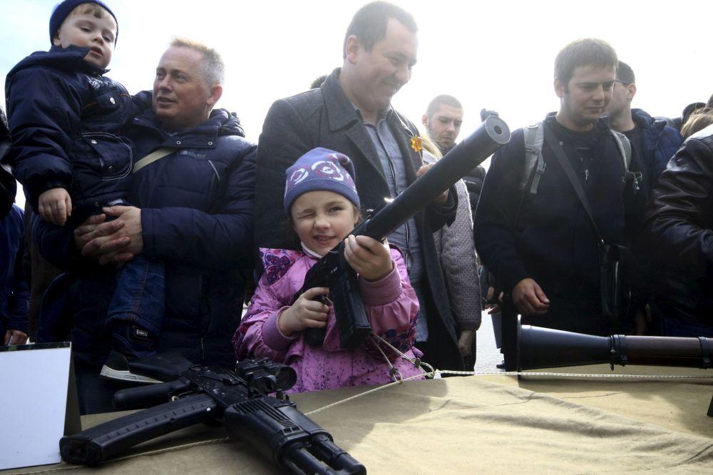سكان القرم يتفقدون السلاح الروسي خلال الاحتفالات بعيد حماة الوطن في سيفستوبل.