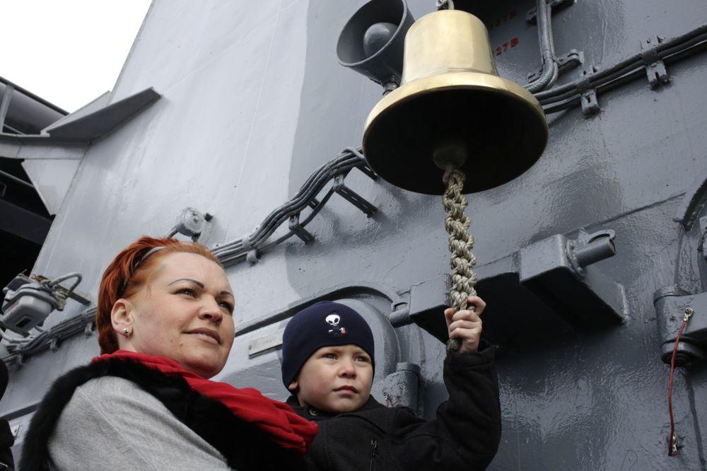 سكان سيفاستوبل أثناء الحتفال بعيد حماة الوطم في روسيا.