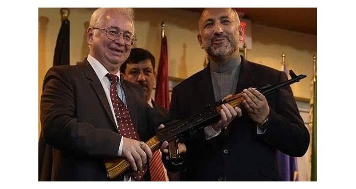 السفير الروسي ومستشار الأمن الوطني الأفغاني أثناء حفل التسليم