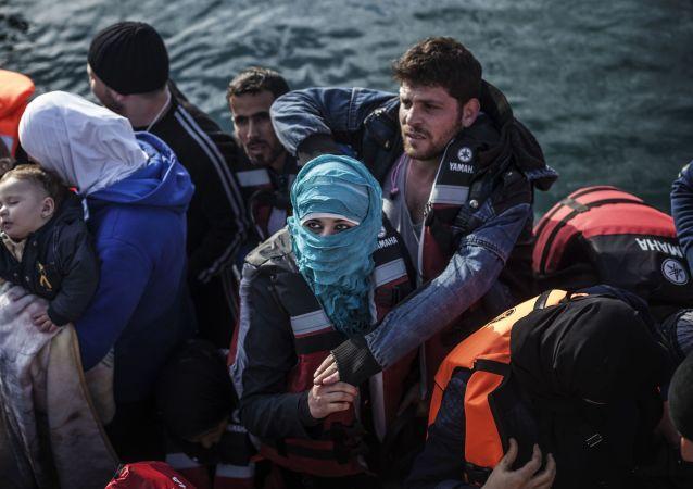 لاجئون على متن قارب نجاة