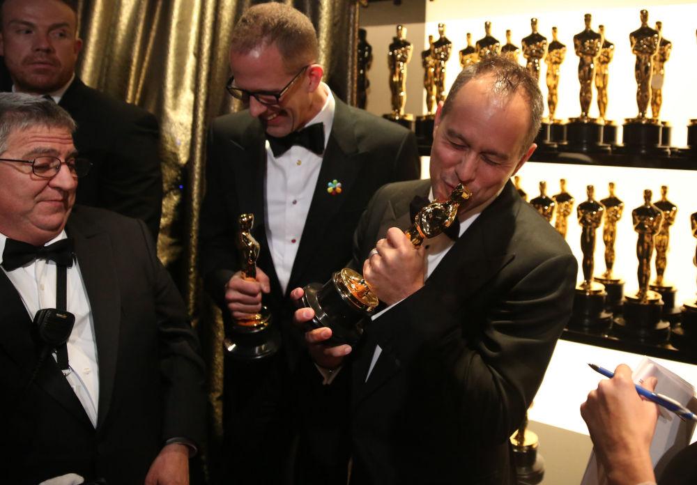 الحائزون على جائزة الأوسكار بيتر دوكتر (يسار) وجوانا ريفيرا  لأفضل فيلم رسوم متحركة، خلف كواليس حفل توزيع جوائز الأوسكار 28 فبراير/ شباط 2016.