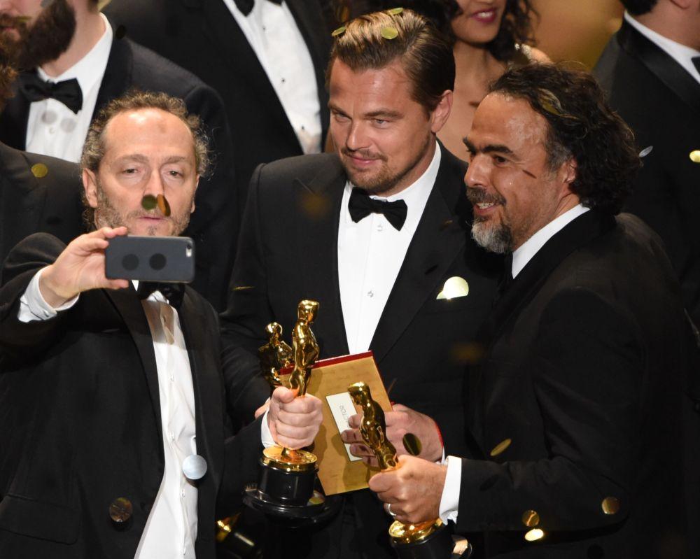 (من اليسار إلى اليمين) - المصر السينمائي إيمانويل لوبيزكي والممثل ليوناردو دي كابريو والمخرج أليخاندرو غونزاليس، 28 فبراير/ شباط 2016.