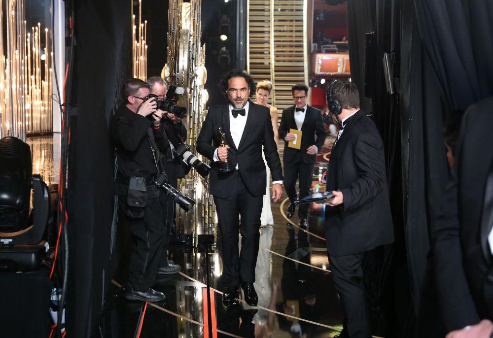 المخرج أليخاندرو غونزاليسإنياريتو يظهر خلف كواليس حفل توزيع جوائز الأوسكار، 28 فبراير/ شباط 2016.