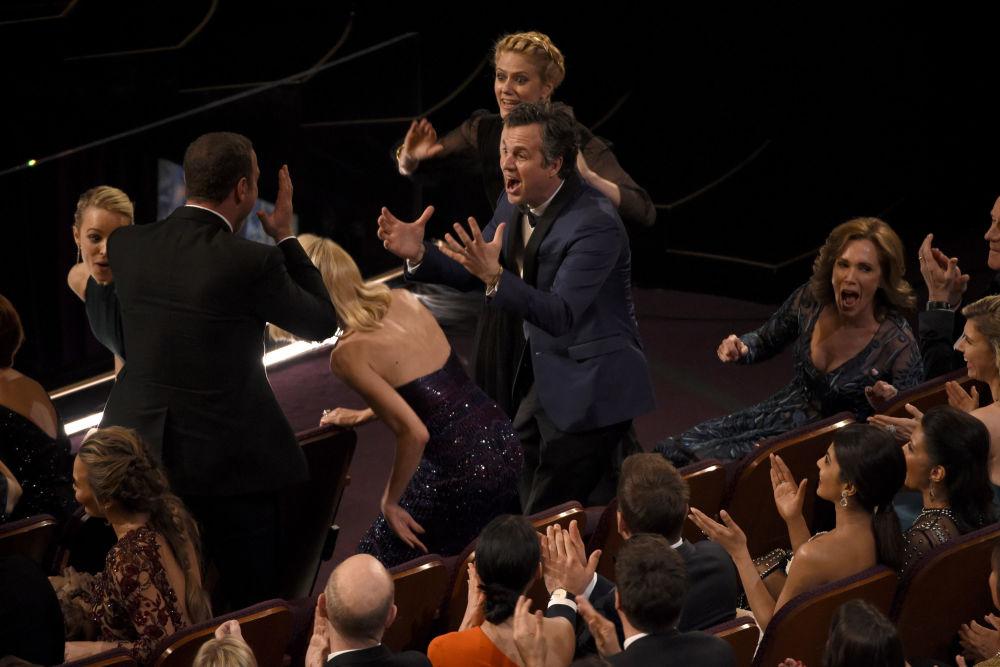 مارك روفالو وردة فعله بعد أن تم الإفصاح عن اسم فائز جائزة أفضل فيلم، أثناء حفل توزيع جوائز الأوسكار، 28 فبراير/ شباط 2016..