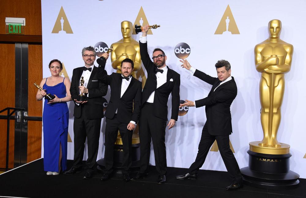الفئزون بجوائز أوسكار يحتفلون بعد إنتهاء حفل توزيع جوائو أوسكار في لوس أنجيلوس، 28 فبراير/ شباط 2016.