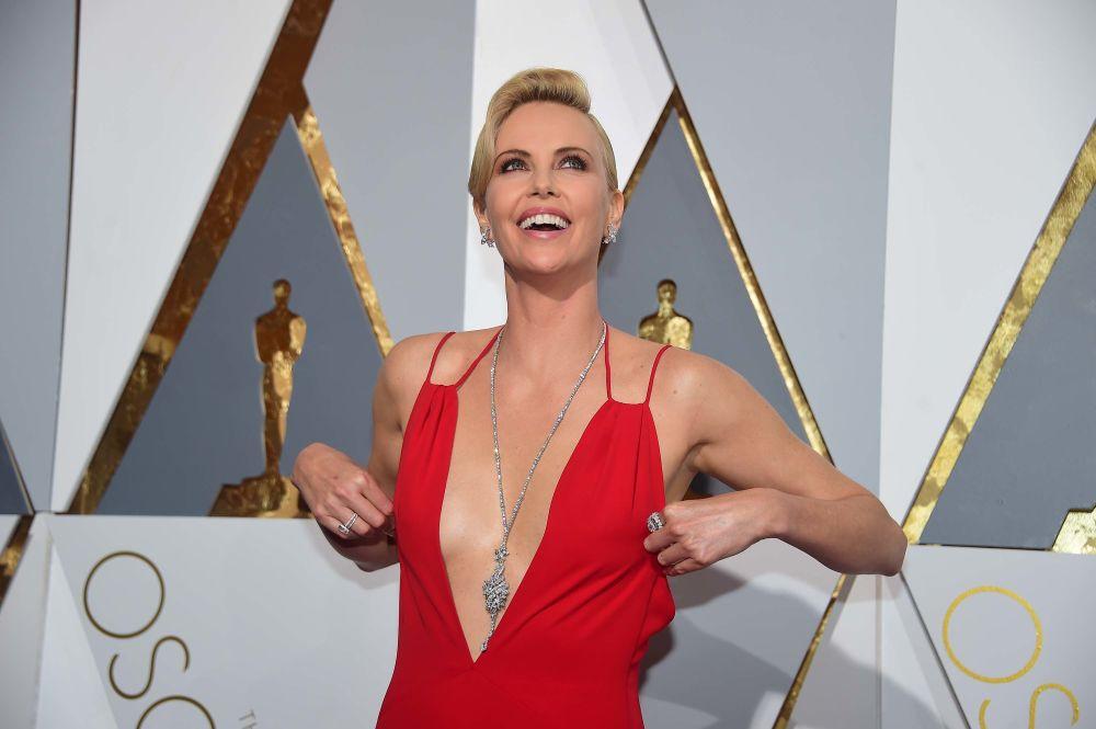 الممثلة شارليز ثيرون  تصل إلى السجادة الحمراء للحفل الـ 88 لتوزيع جوائز أوسكار في هوليوود، كاليفورنيا، 28 فبراير/ شباط 2016.
