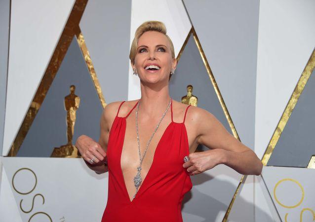 الممثلة شارليز ثيرون  تصل  السجادة الحمراء للحفل الـ 88 لتوزيع جوائز أوسكار في هوليوود، كاليفورنيا، 28 فبراير/ شباط 2016.