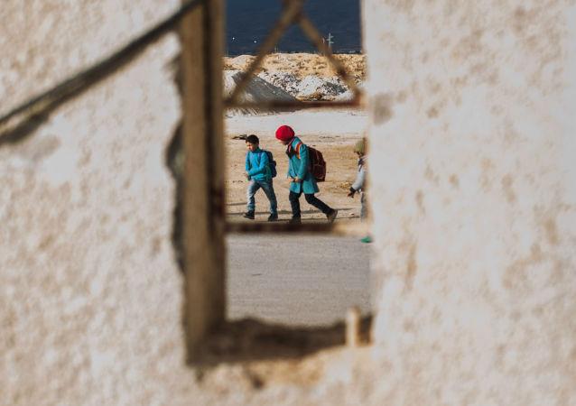 أطفال سوريون في شوارع إحدى المخيمات اللاجئين في دمشق