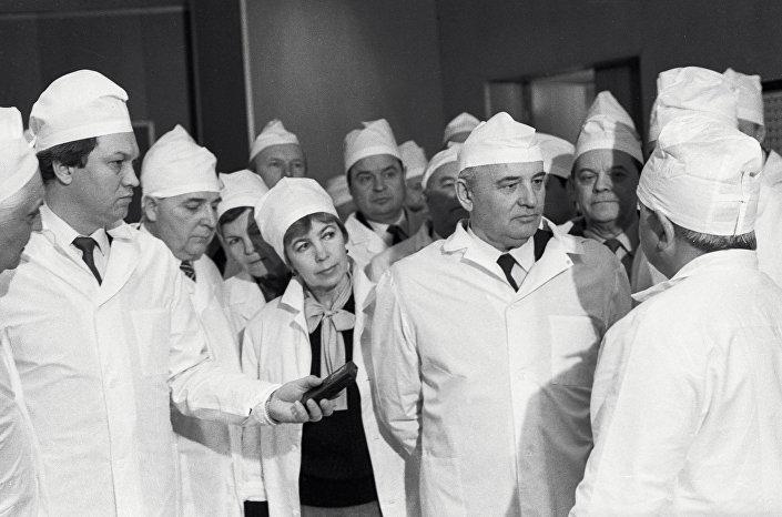 الزيارة الأولى لمخائيل غورباتشوف وزوجته إلى محطة تشيرنوبل النووية
