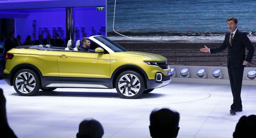 أحد أعضاء مجلس إدارة شركة فولكس واغن، فرانك ويلش، يقدم الموديل الجديد للسيارة T-Cross Breeze خلال المعرض الـ 86 جنيف الدولي للسياران.