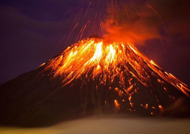 ثوران بركان تونغورارا في إكوادور، 27 فبراير/ شباط 2016.