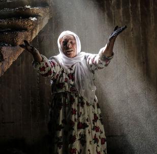 امرأة تقف وسط ركام منزلها إثر اتباكات عنيفة وقتال شديد بين القوات الحكومية التركية والمقاتلين الأكراد على الحدود الجنوبية الشرقية (بالقرب من الحدود مع العراق وسوريا) بالقرب من بلدة جزرة (جزيرة ابن عمر)، 2 مارس/ آذار 2016.