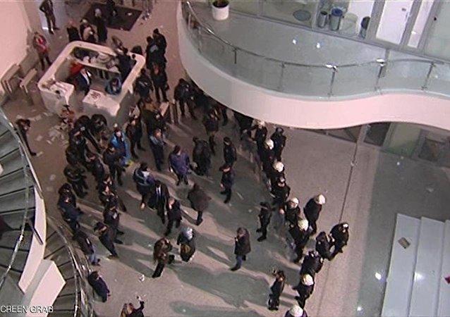 الشرطة تقتحم مقر صحيفة زمان التركية المعارضة