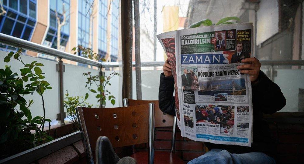 رجل يقرأ صحيفة زمان بعد أن أصبحت موالية للحكومة