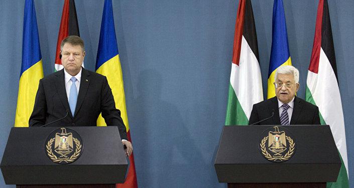 الرئيس عباس في مؤتمر صحفي مشترك مع الرئيس الروماني كلاوس يوهانس في مقر الرئاسة بمدينة رام الله