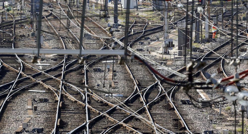 السكك الحديدية بالقرب من محطة القطار سان جان في بوردو،جنوب  فرنسا، 8 مارس/ آذار 2016.