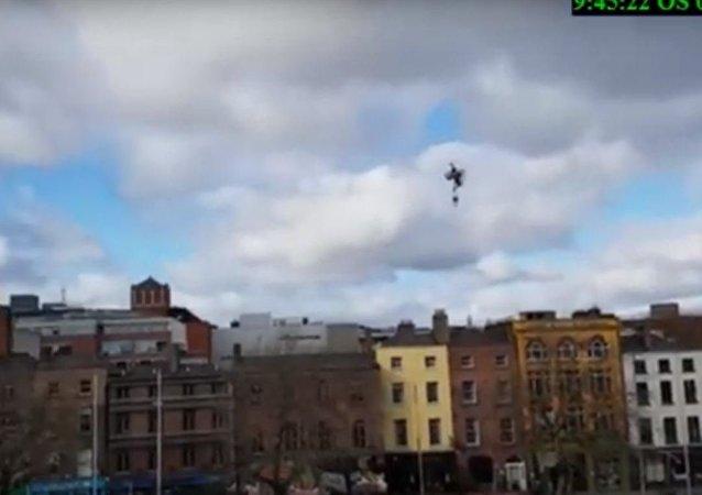 إنسان يطير في السماء