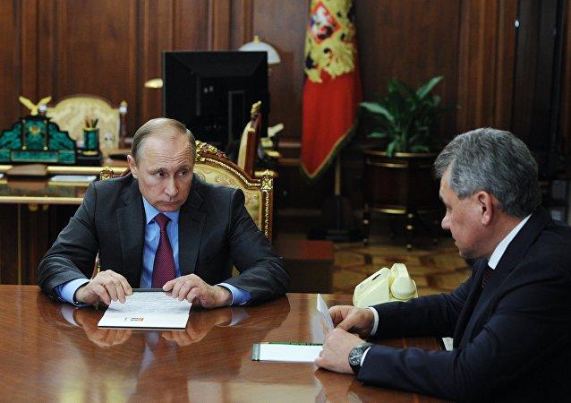 الرئيس الروسي فلاديمير بوتين يجتمع مع وزير الدفاع سيرغى شويغو