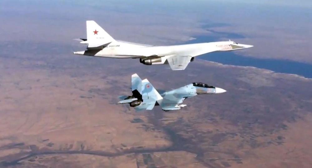 حاملة الصواريخ تو-160 ترافق القاذفة الروسية سو-30 س/م فوق سماء سوريا.