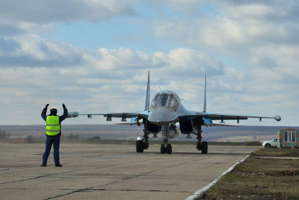 أول دفعة من مقاتلات سو-34 العائدة من سوريا إلى روسيا.