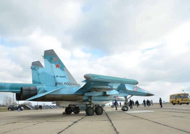 استقبال طياري المقاتلات الروسية سو-34 من القوات الجوية-الفضائية الروسية بالمطار العسكري الجوي في إقليم فورونيج بروسيا.