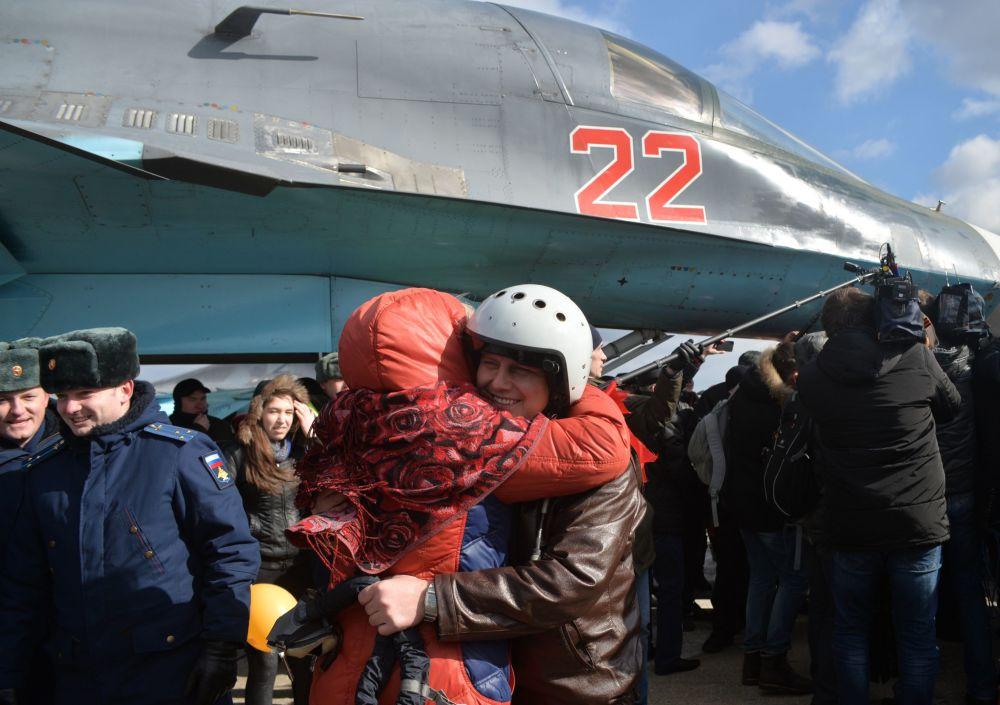 الدفعة الأولى من طياري سو-34 الذين عادوا من سوريا إلى فورونيج بروسيا.